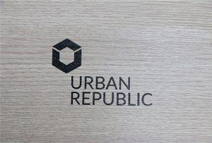 Pencetakan logo pada bahan kayu oleh WER-D4880UV